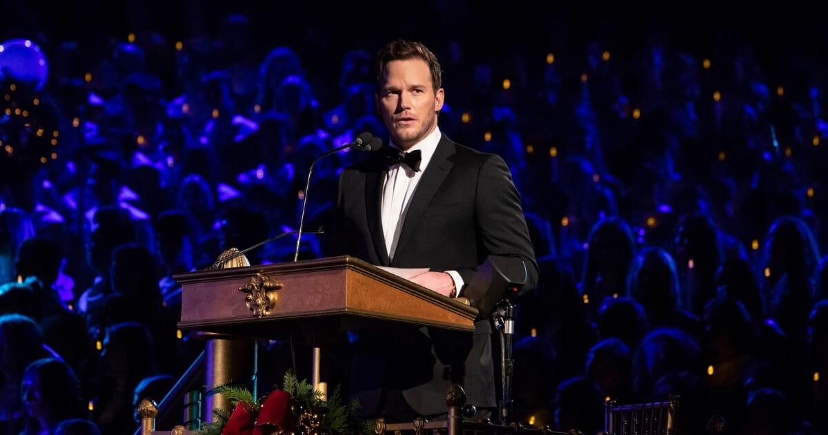 Chris Pratt | Prega e lê a Bíblia em evento da Disney