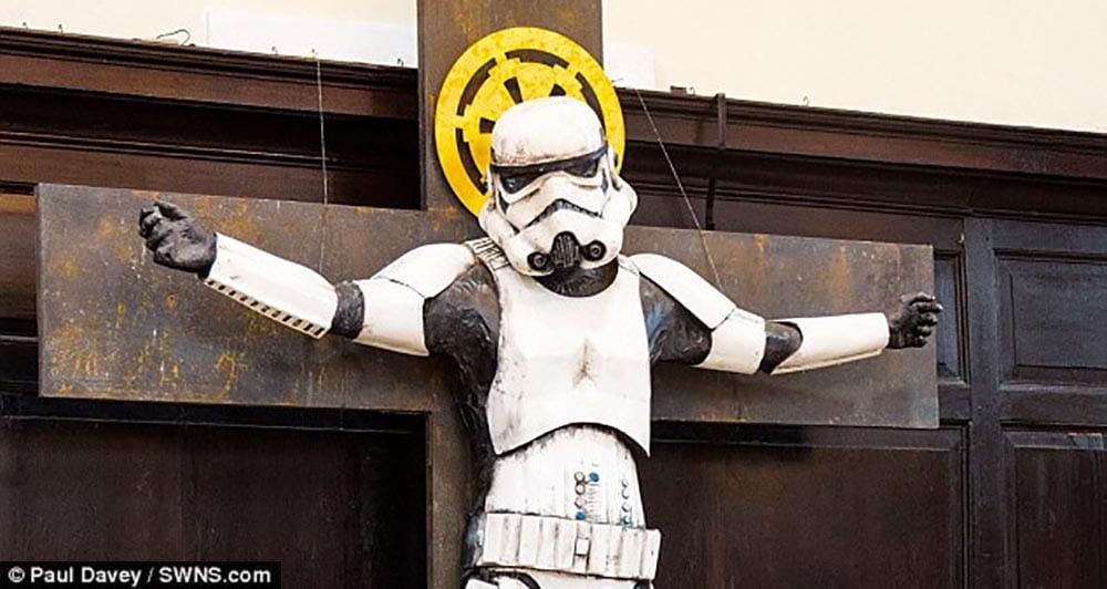 Stormtrooper é crucificado em igreja de Londres