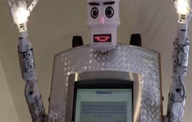 Igreja cria robô que abençoa em 5 idiomas