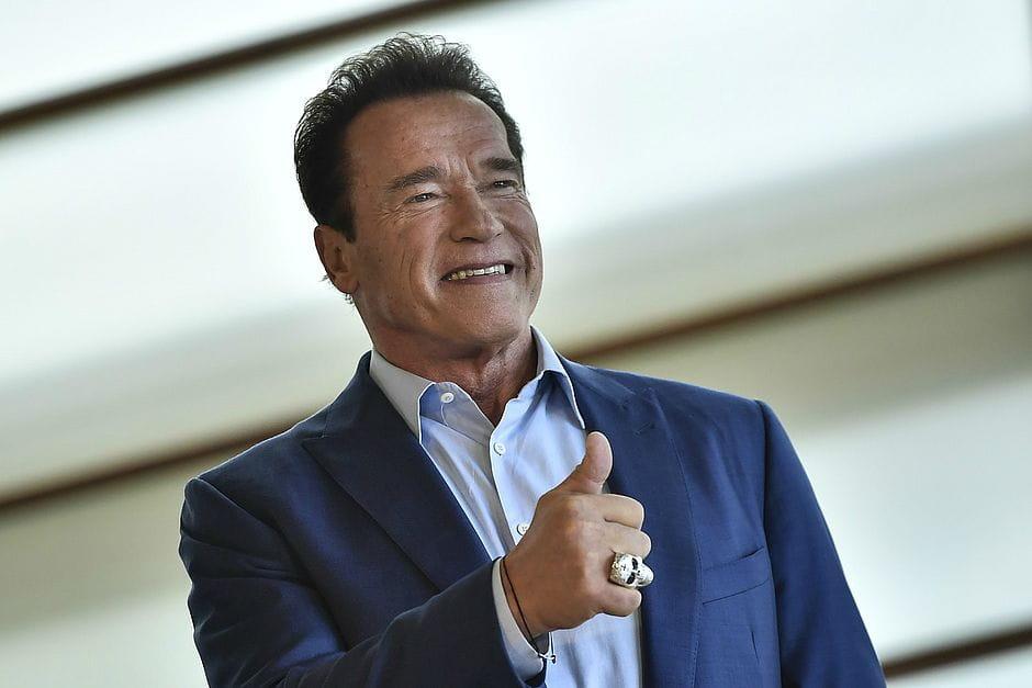 Arnold Schwarzenegger Fala I AM BACK ao acordar da cirurgia emergencial