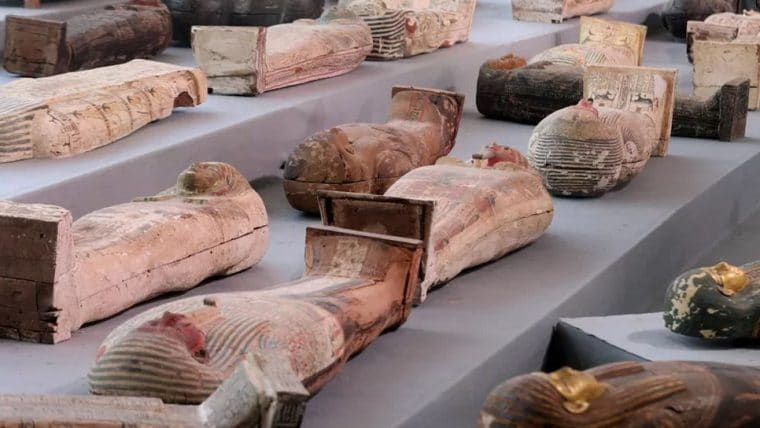 Arqueólogos encontram mais de cem sarcófagos entre outros objetos com 2500 anos no Egito