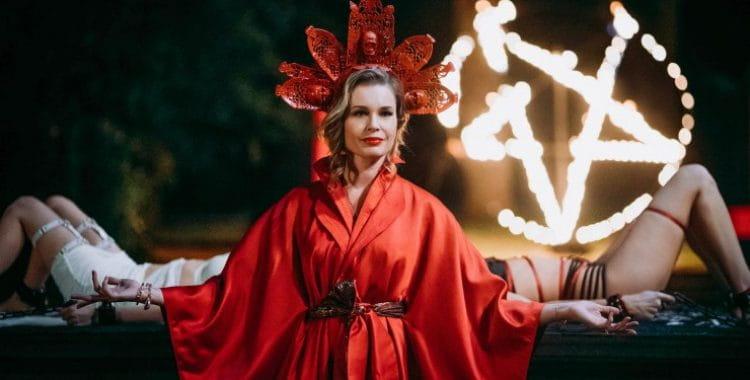 Satanic Panic   Terror Cômico ganha novas imagens com rituais satânicos