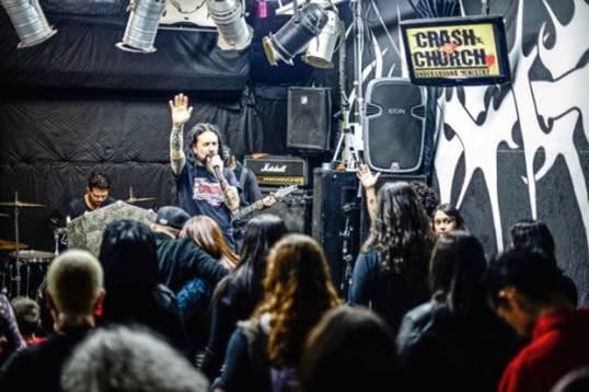 Heavy metal atrai público para igreja em SP