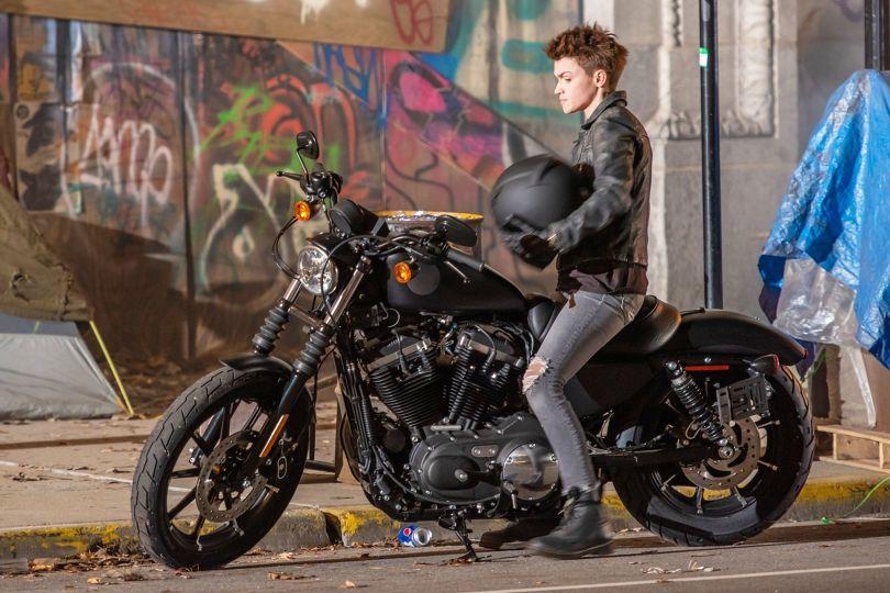 Batwoman | Teasers dão destaque para moto de heroína