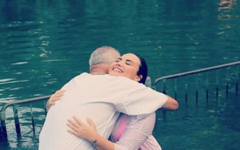 Demi Lovato afrma que preecheu o espaço de Deus no coração após ser batizada