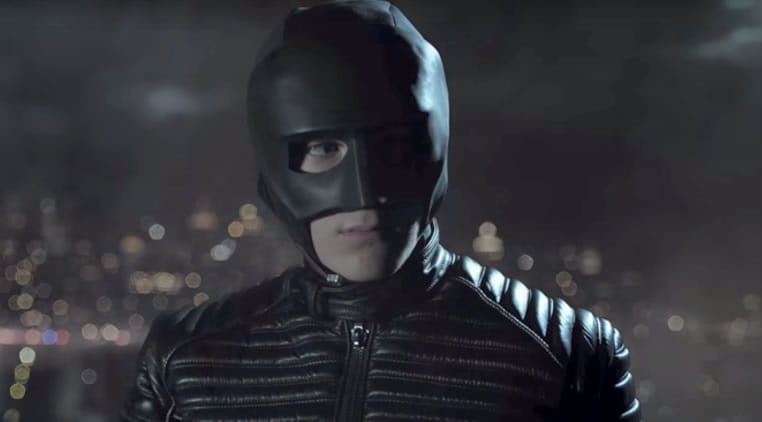 Gotham | Trailer revela Espantalho e primeiro uniforme do Batman