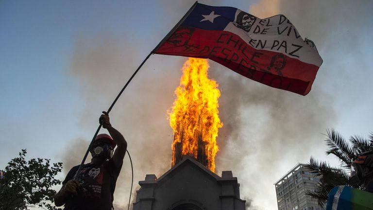 Igrejas são incendiadas em protestos da esquerda no Chile