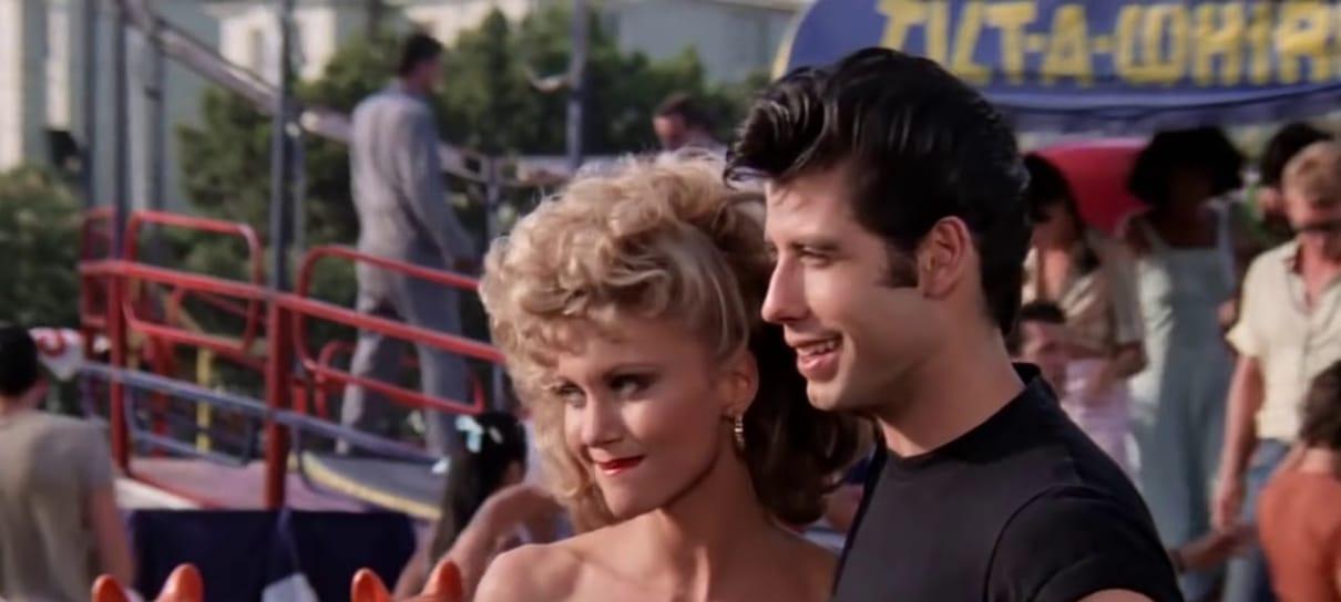 John Travolta e Olivia Newton-John aparecem com trajes clássicos de Grease
