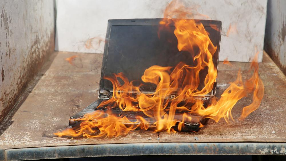Manifestantes queimam Igreja cristã e prédio de canal de TV no Chile